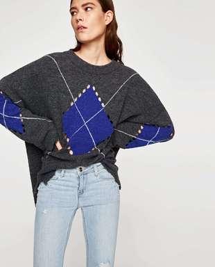 Jeans de tiro medio con perlas y detalle brillante, de Zara (12,99...