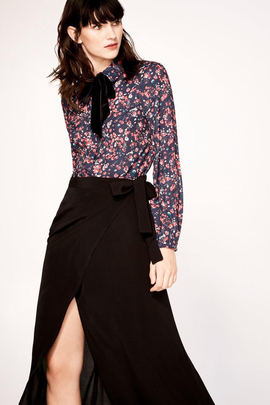 Blusa de terciopelo con estampado floral, de Cortefiel (29,99 euros)