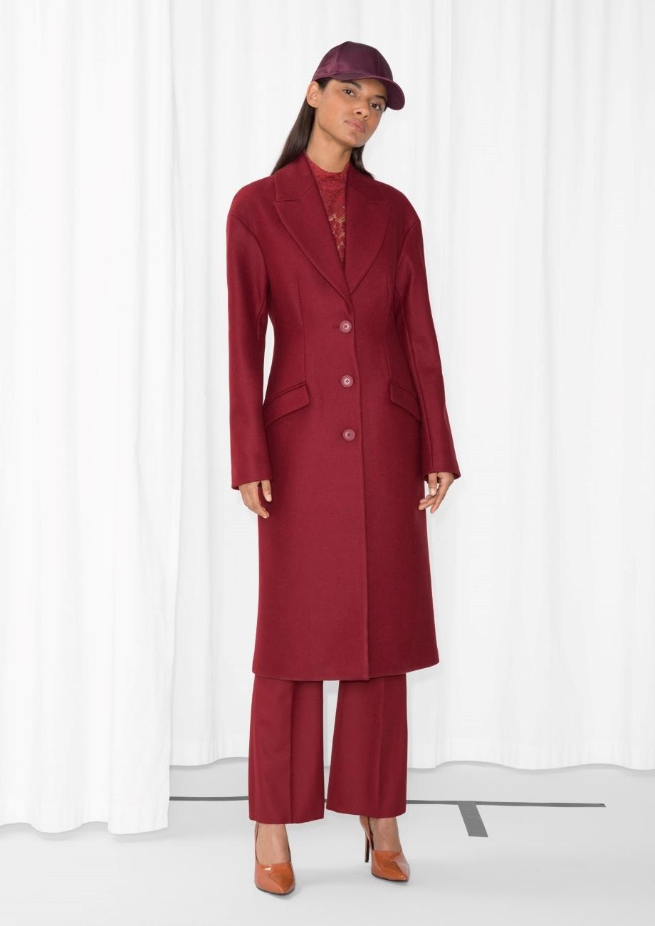 Abrigo de lana rojo, de & Other Stories (137 euros)