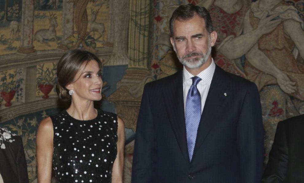 Letizia Ortiz, vestida de Carolina Herrera, junto a Felipe VI, durante...