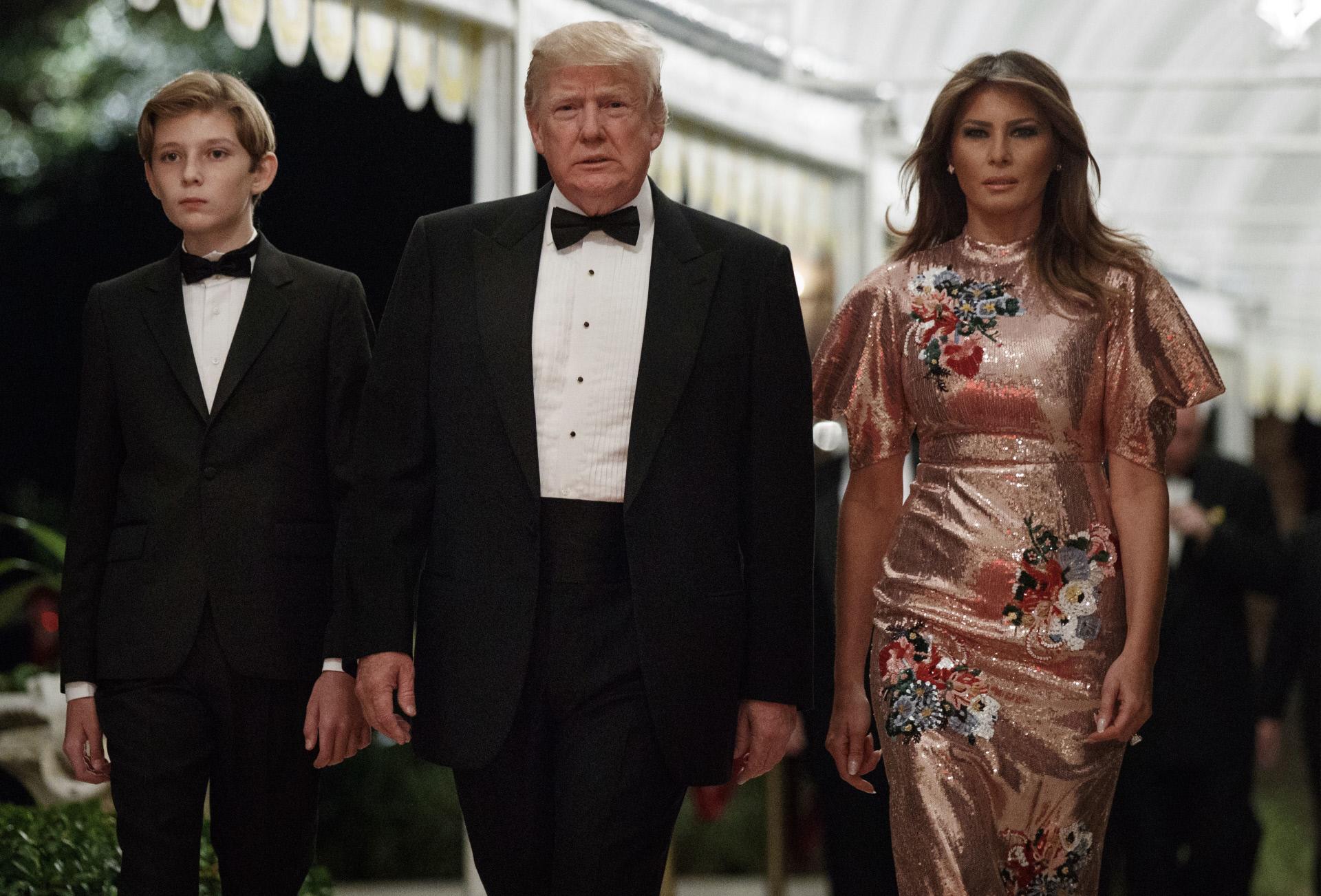 Barron, Donald y Melania Trump en la fiesta de Nochevieja que...