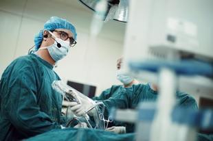 El doctor González Rivas en quirófano.