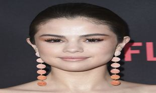 Selena Gomez con maquillaje de ojos naranja.