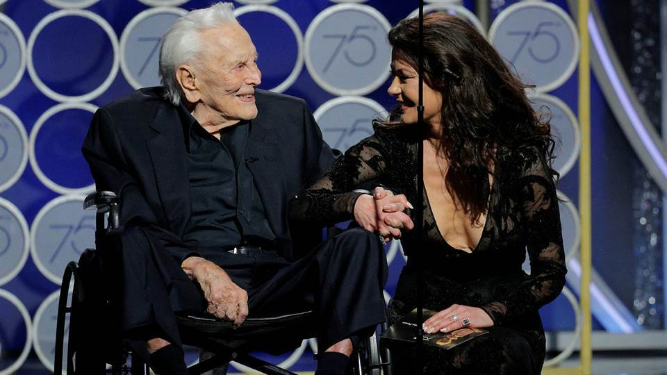El actor Kirk Douglas junto a Catherine Zeta Jones.