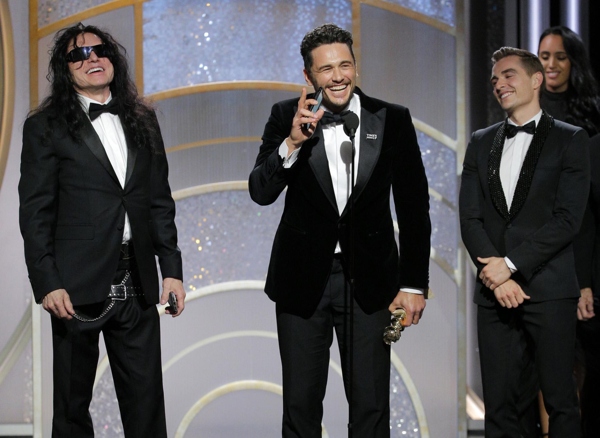 "James Franco recoge su premio po ""The Disaster Artist"" acompañado del..."