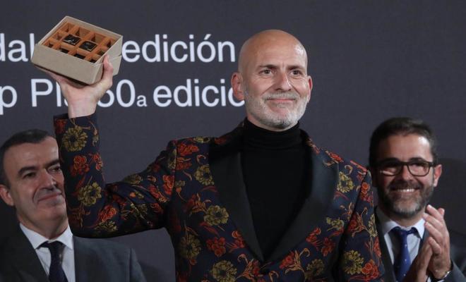 """Alejandro Palomas recibiendo el Premio Nadal por """"Un amor""""."""