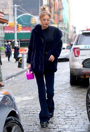 Gigi Hadid en un total look azul.