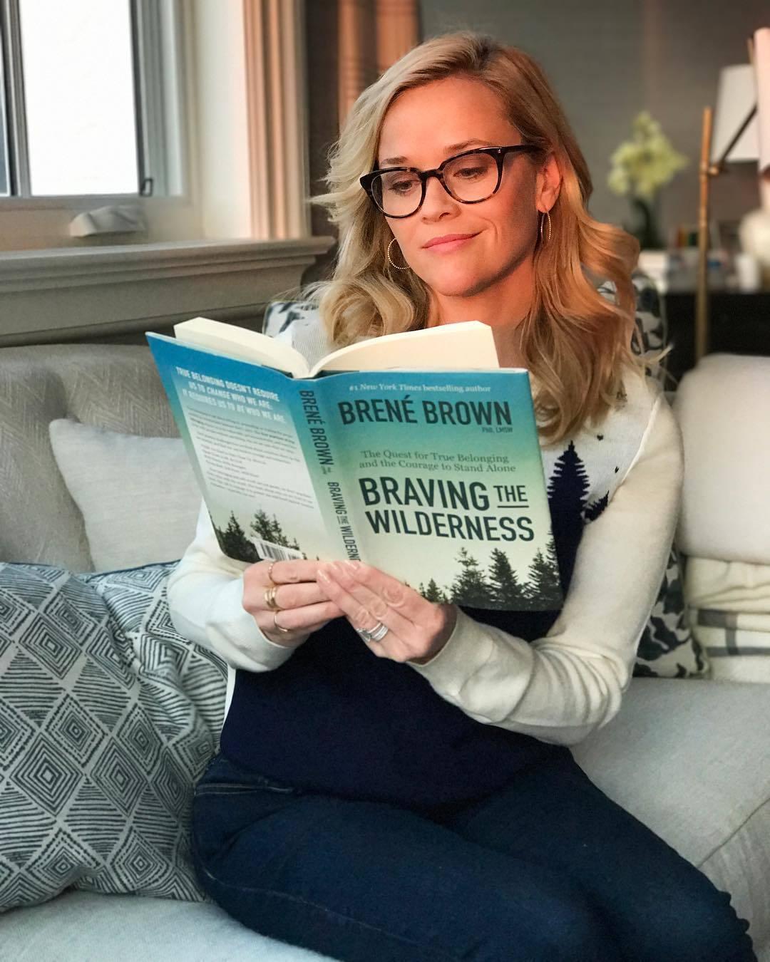 La actriz está leyendo Braving the Wilderness y esto es lo que...