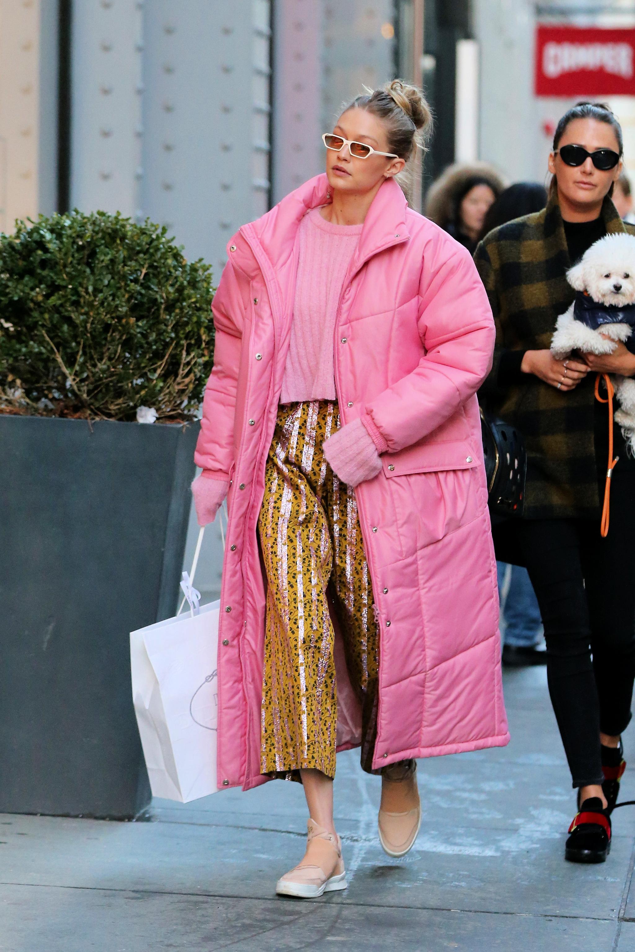 Gigi Hadid con un abrigo XXL.