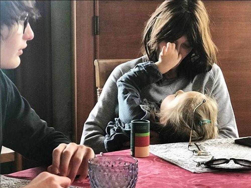 Carla Bruni con su hija e hijo.
