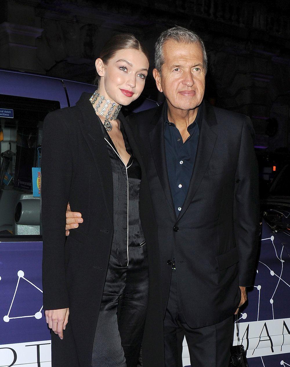 Mario Testino con Gigi Hadid, a la que ha retratado en numerosas...