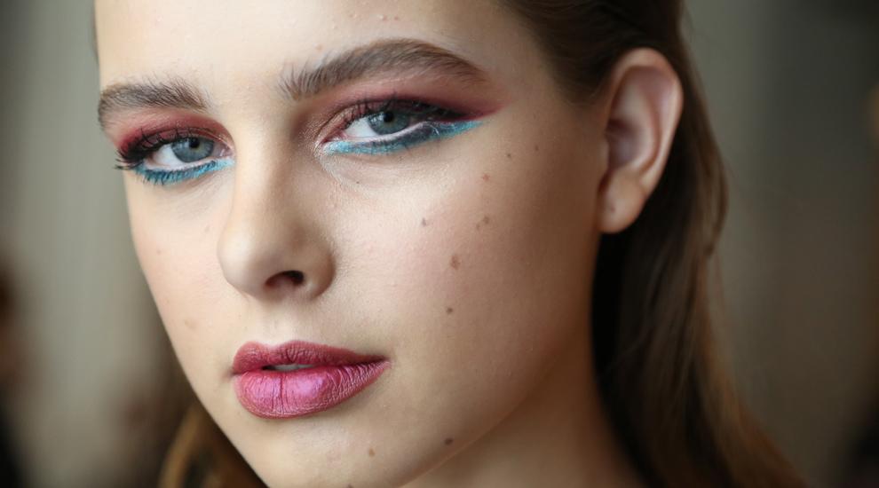 Look de ojos ahumados de color con labios en distintos matices de...