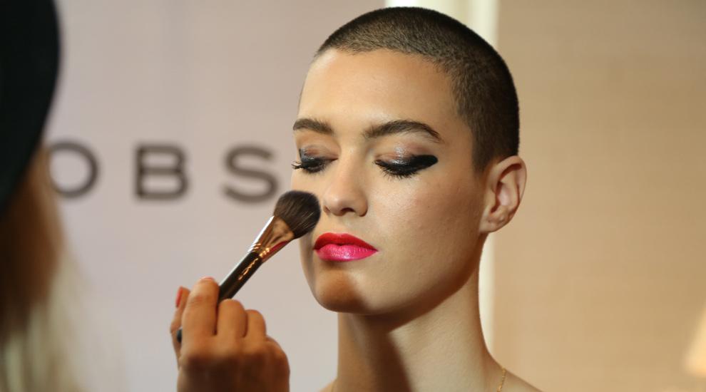 Look de maquillaje con ojos en negro y labios bicolor en rosa y rojo...