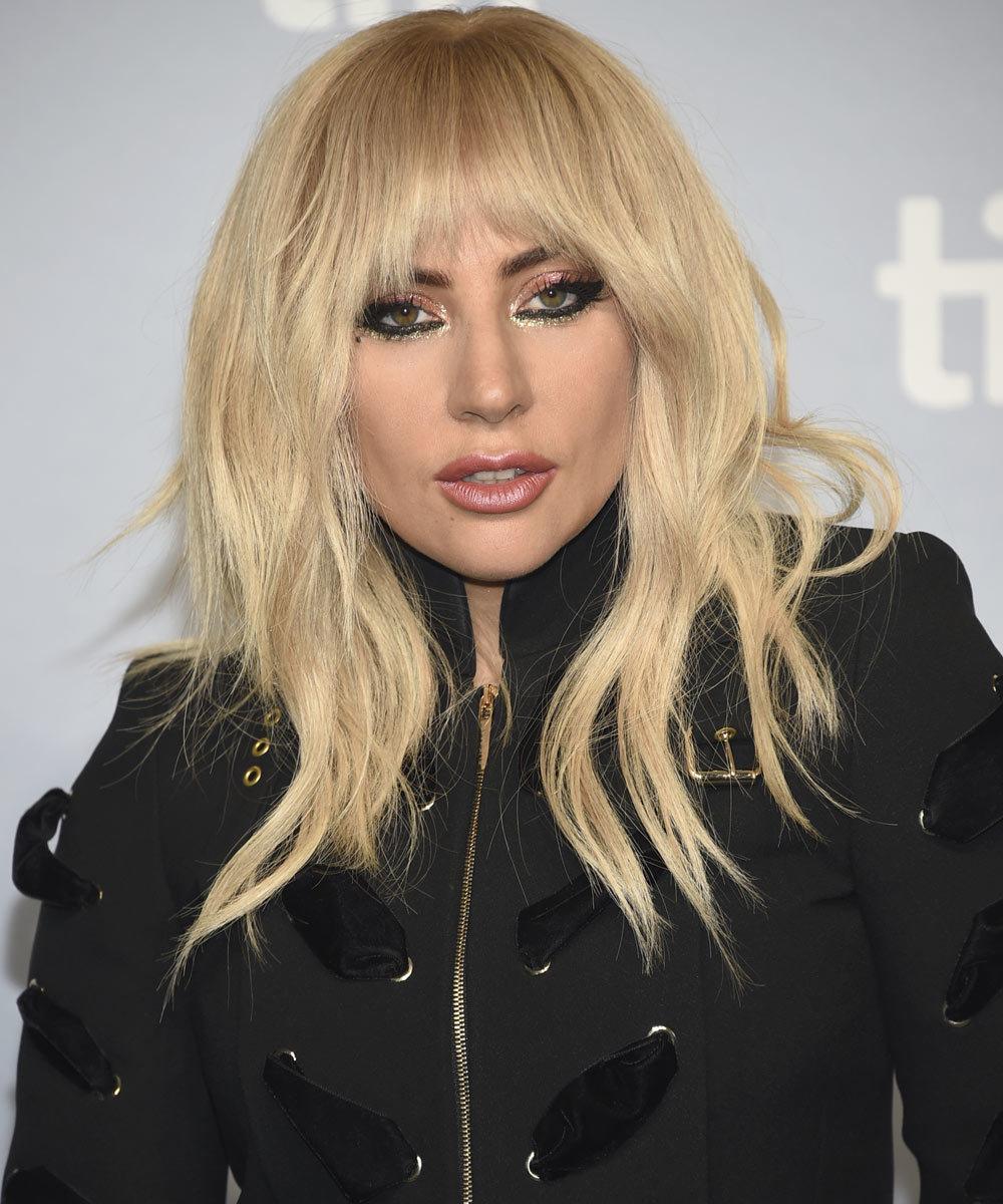 Lady Gaga con uno de los innumerables looks de maquillaje con sombra...
