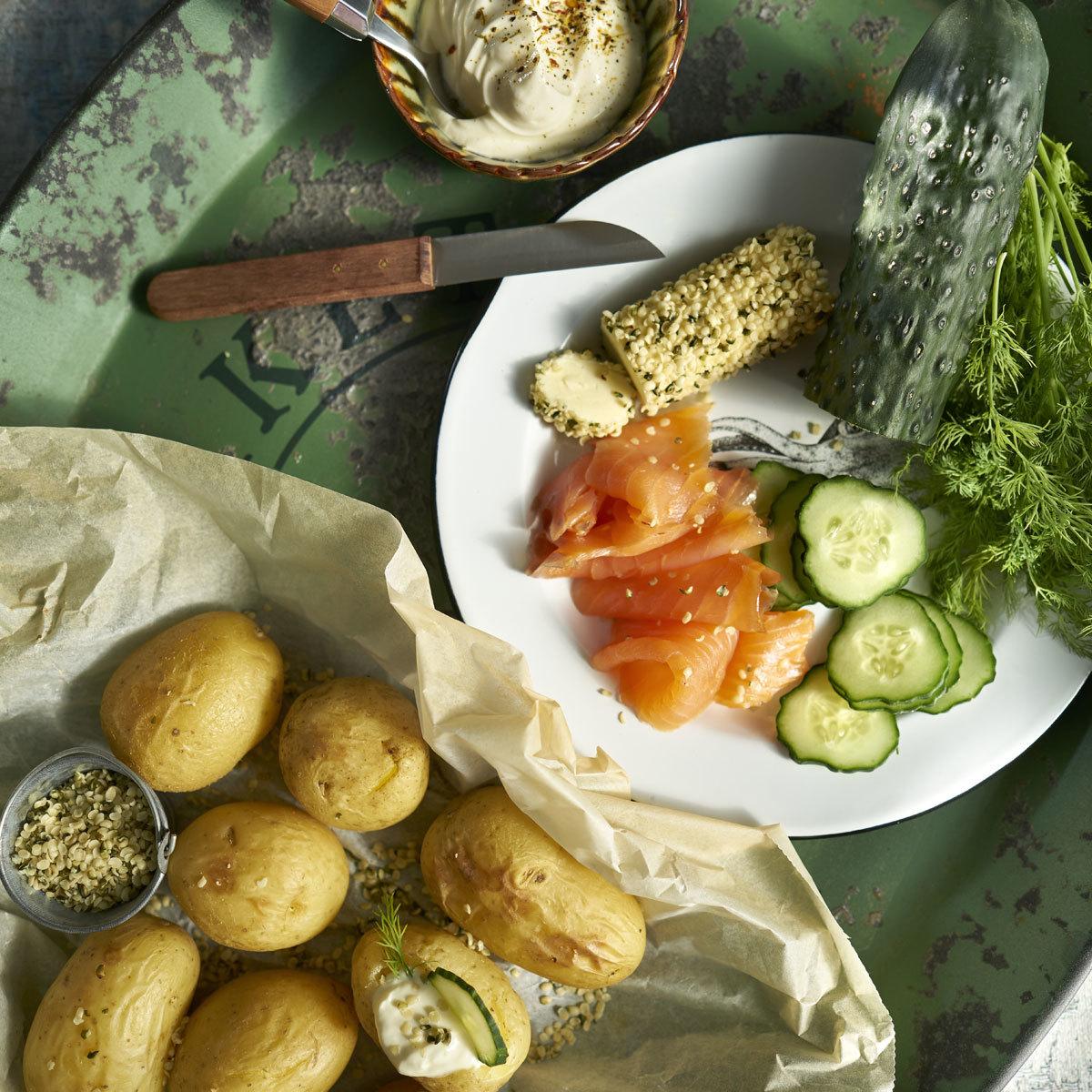 Patatas nuevas con mantequilla de semillas de cáñamo y salmón