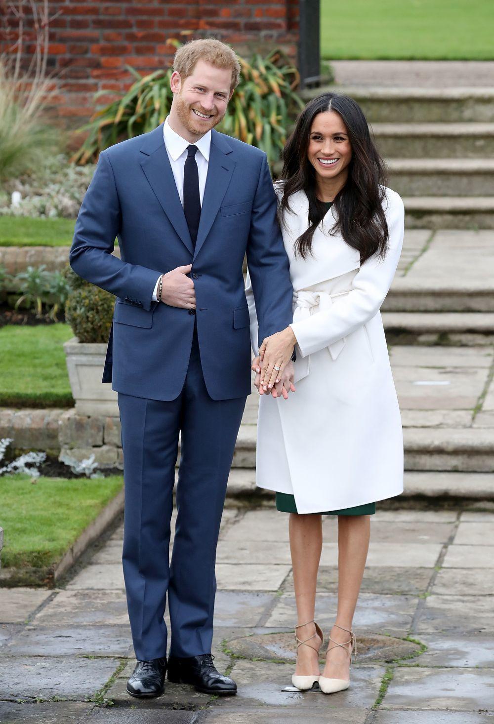 El día de su pedida de mano, con abrigo blanco de Line The Label.