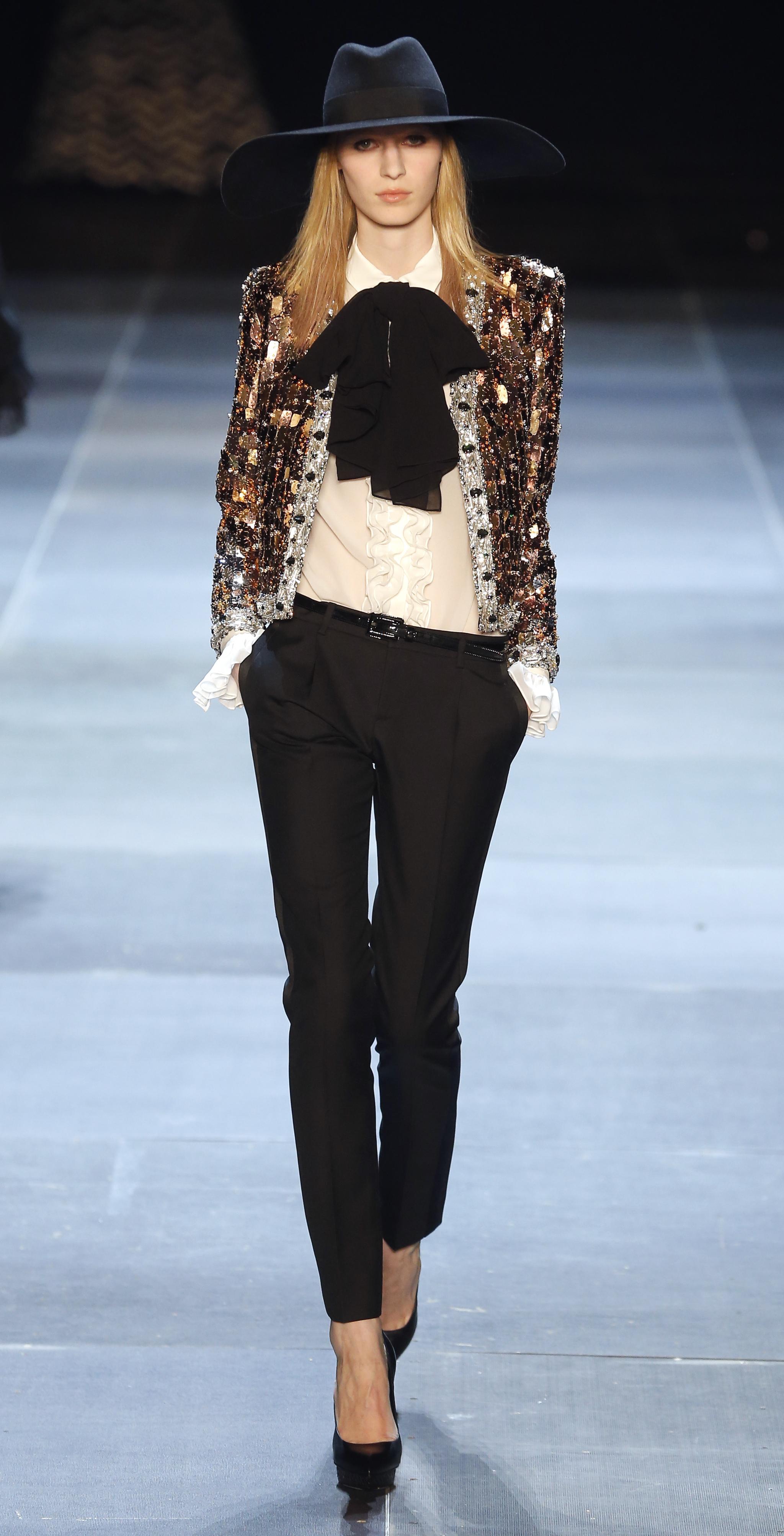 Un look diseñado por Slimane para Saint Laurent.