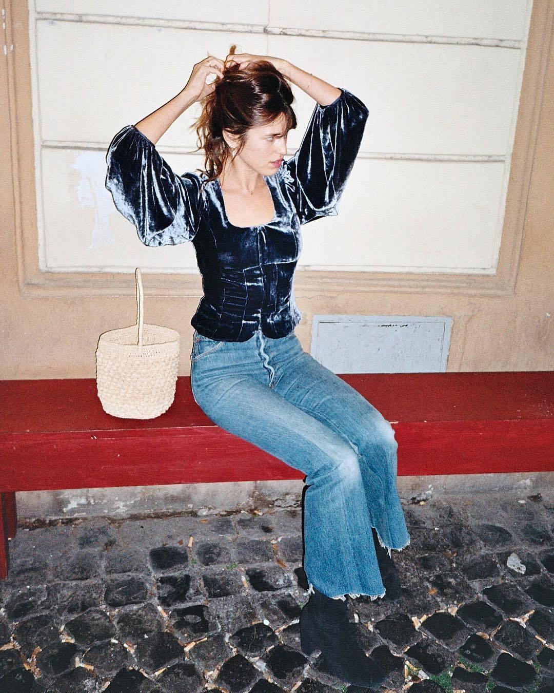 Jeanne Damas con una cesta de mimbre.