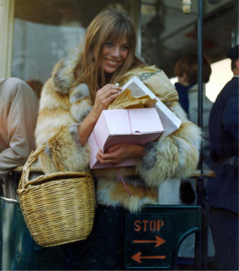 Jane Birkin con la famosa cesta que ahora ha clonado Zara.
