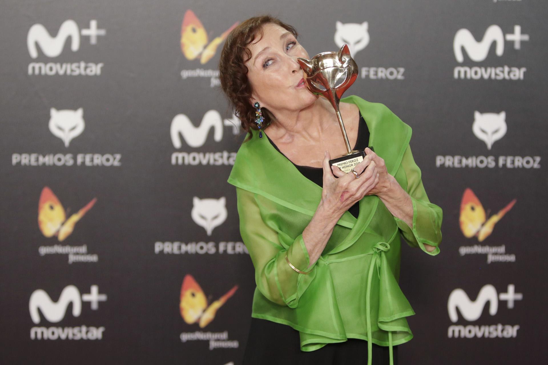 Veronica Forqué posa feliz con su Premio Feroz de Honor.