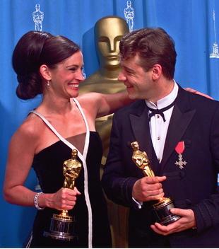 Julia Roberts y Russell Crowe en los Oscar de 2001