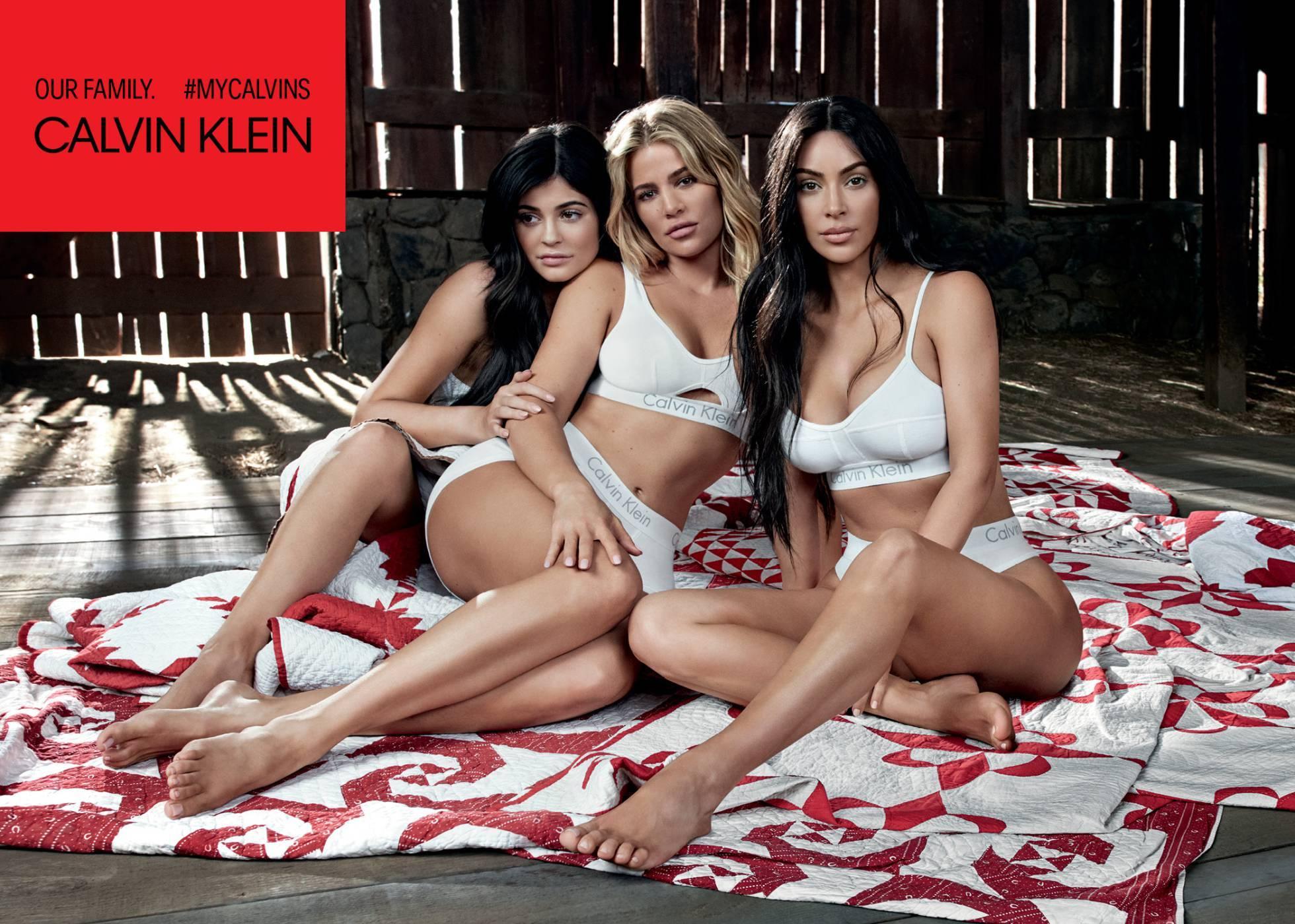 Kylie Jenner y Khloé y Kim Kardashian en la campaña de Calvin Klein.
