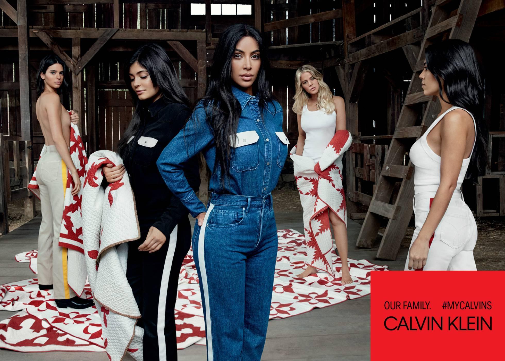 Las Kardashian posan con jeans y ropa interior de Calvin Klein.