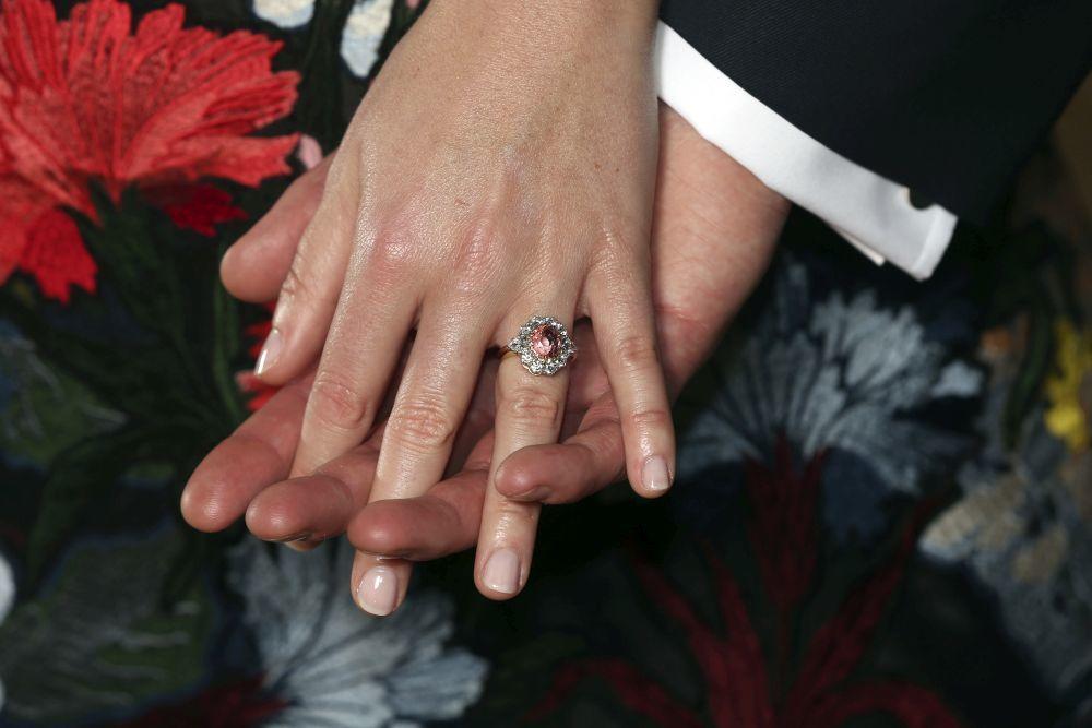Detalle del anillo de compromiso lucido por la princesa Eugenia.