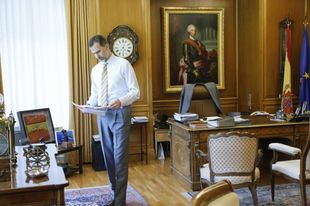 Felipe Vl desde su despacho situado en el Palacio de la Zarzuela.