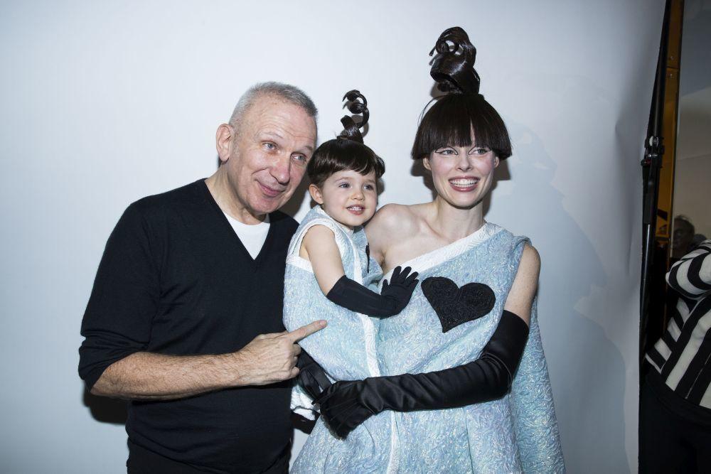 Jean Paul Gaultier con Coco Rocha y Ioni James Conrar.