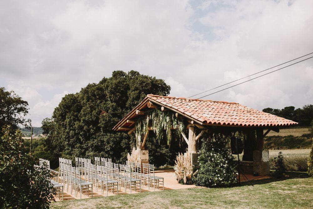 Los novios se casaron en una ceremonia civil celebrada al aire libre...