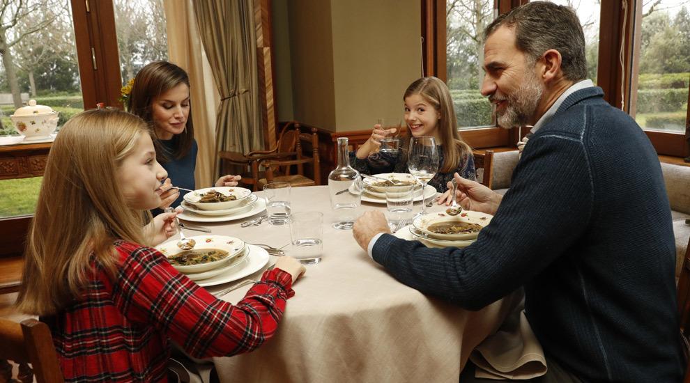 El almuerzo del Rey Felipe VI, la Reina Letizia y las infantas Leonor...