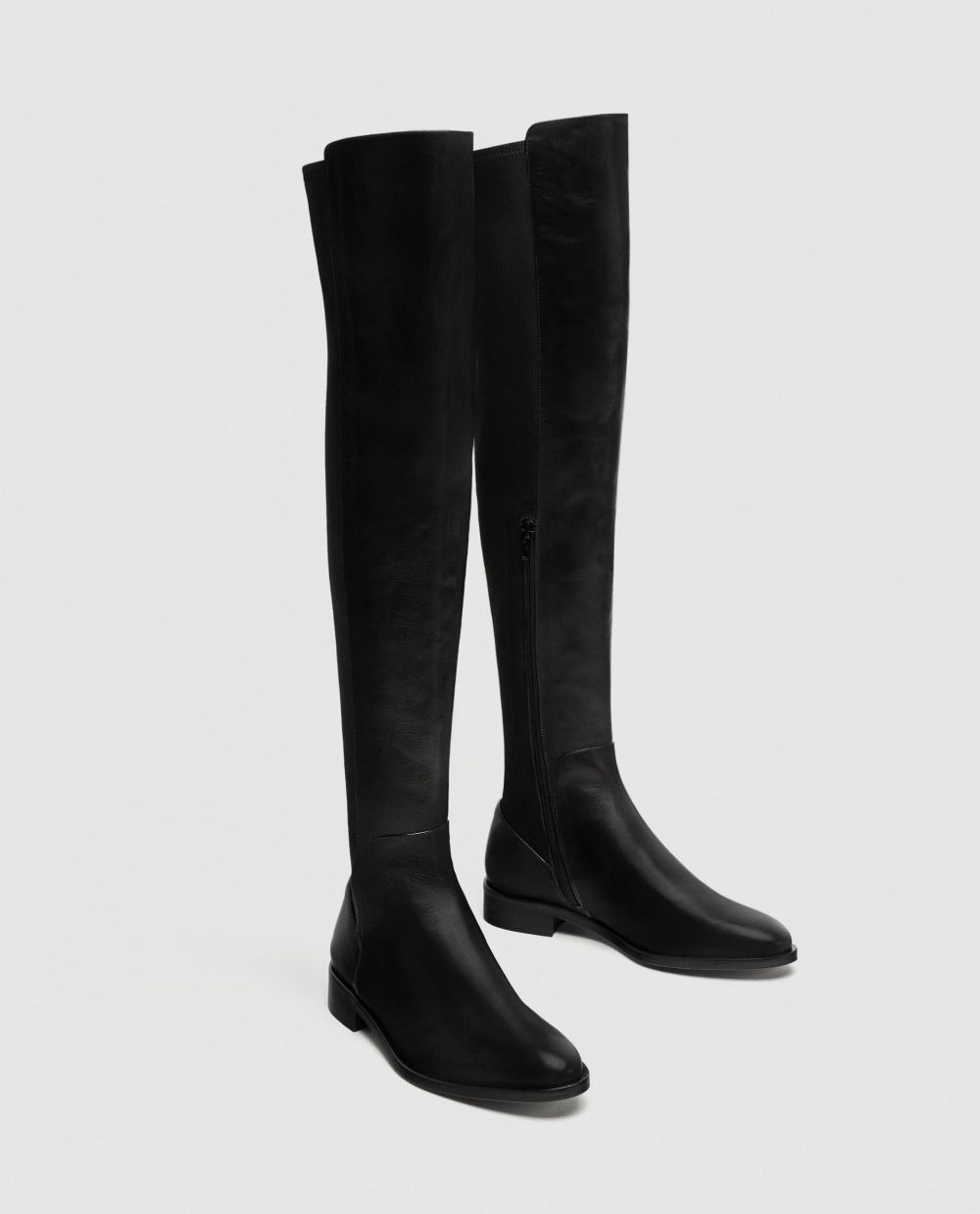 Bota de piel negra de Zara(99,95 euros)