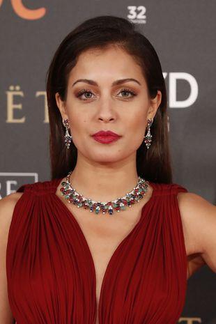 La actriz Hiba Abouk dejó su melena despejada y peinada hacia atrás...