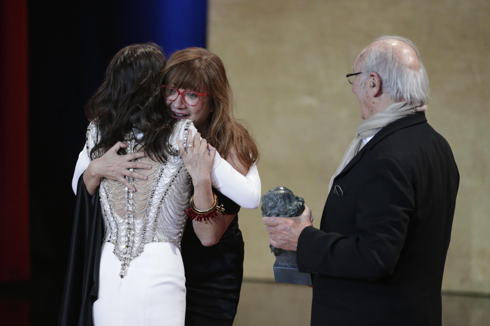 Penélope Cruz entrega a Isabel Coixet el premio a Mejor Película por...