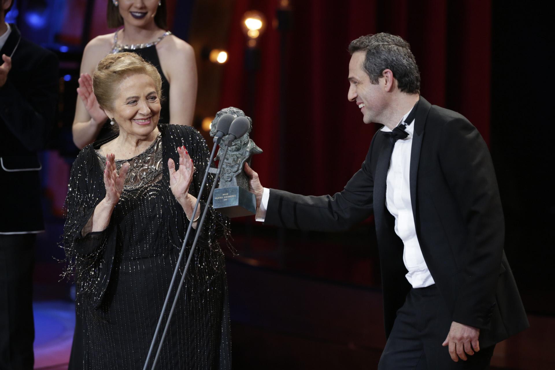 Gustavo Salmerón ofrece el premio a su madre, Julita.