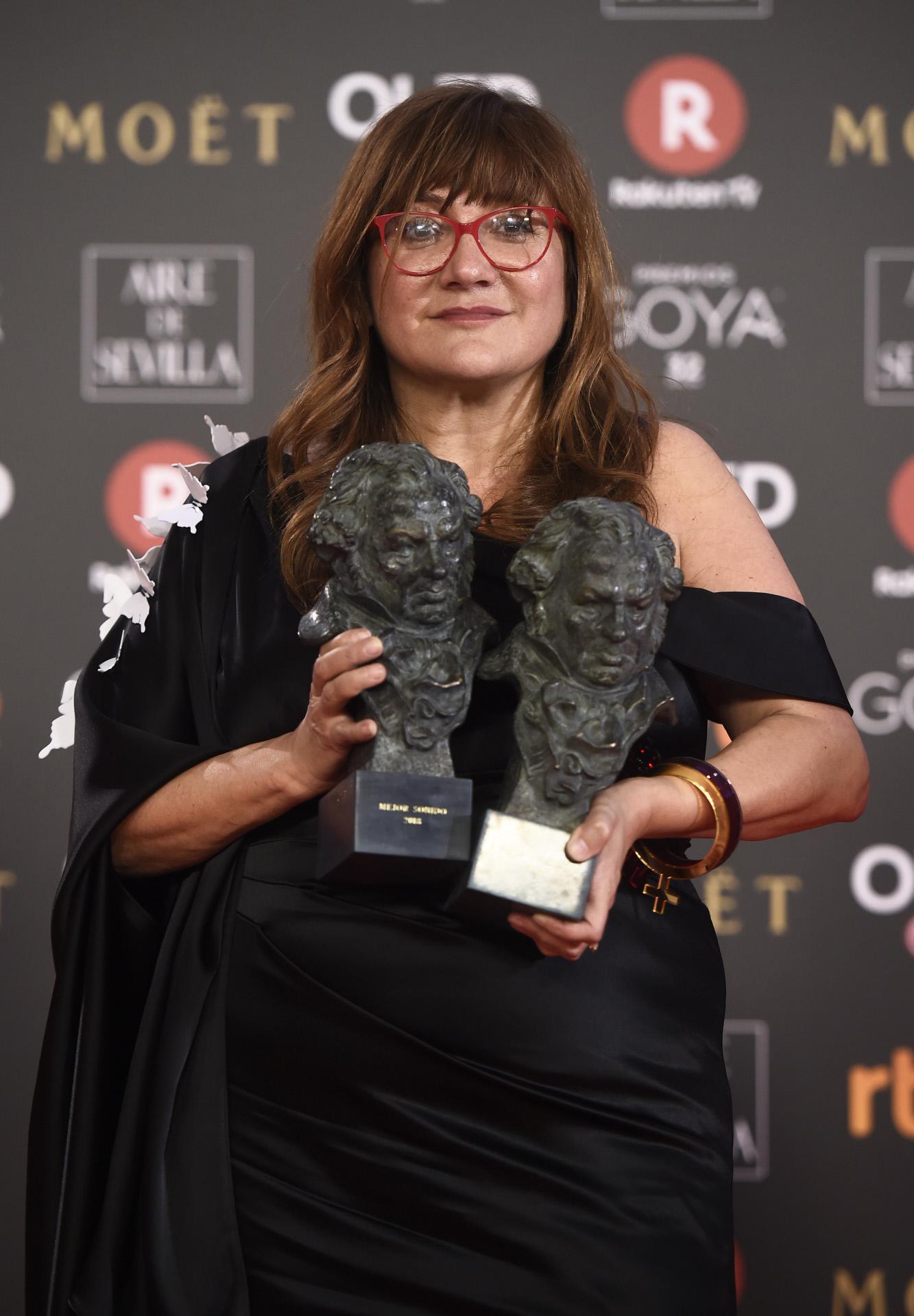 La cineasta Isabel Coixet con dos de sus Premios Goya.