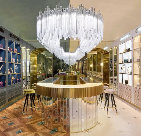 "Interior de la tienda de Bvlgari ""New Curiosity Shop""."