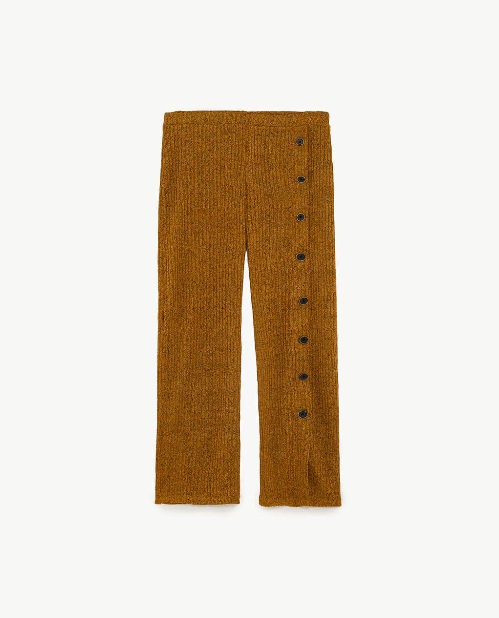 Pantalón de canalé color mostaza de Zara (17,95 euros)