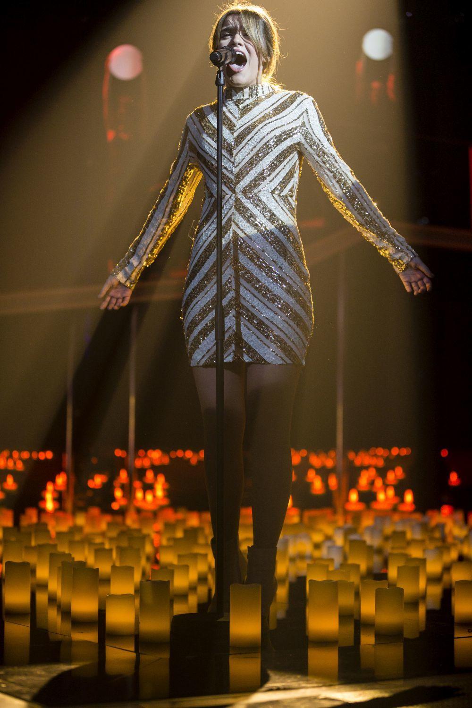 Amaia, con vestido de lentejuelas de la firma Quiz, sobre el escenario...