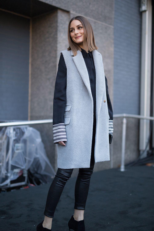Durante NYFW, con un abrigo sin magas.