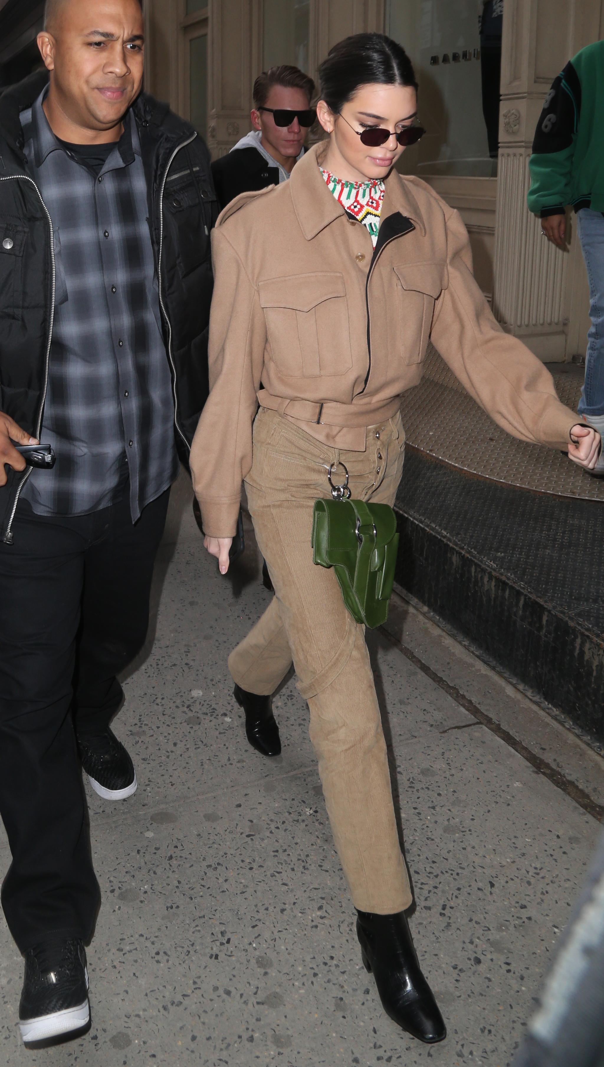 Kendall Jenner en un total look en camel.