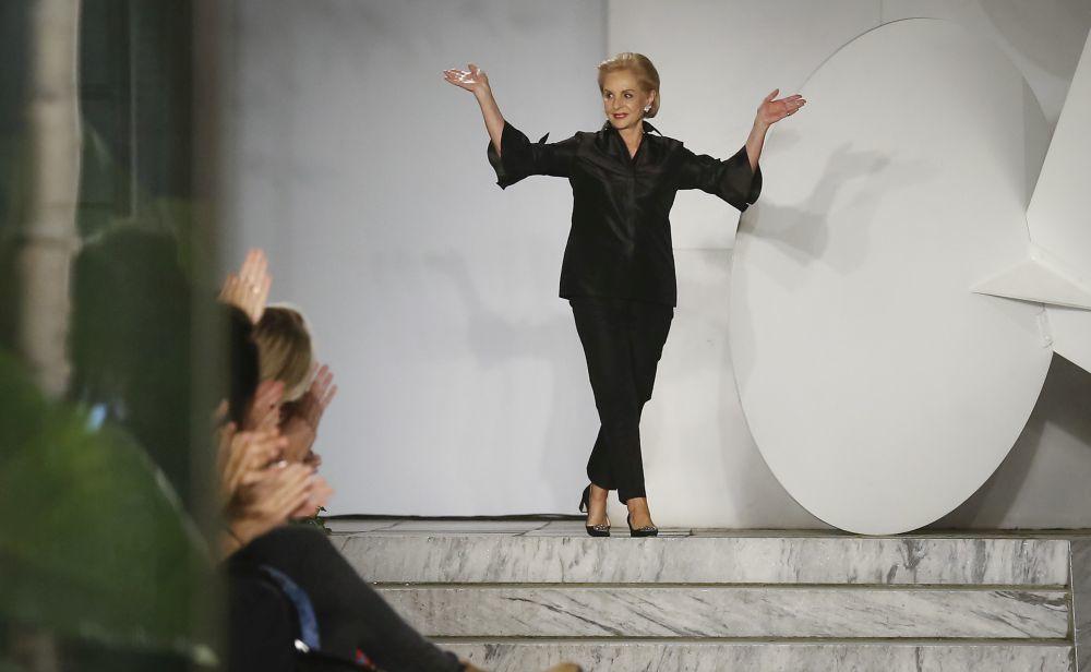 La diseñadora saludando tras la presentación de su colección...
