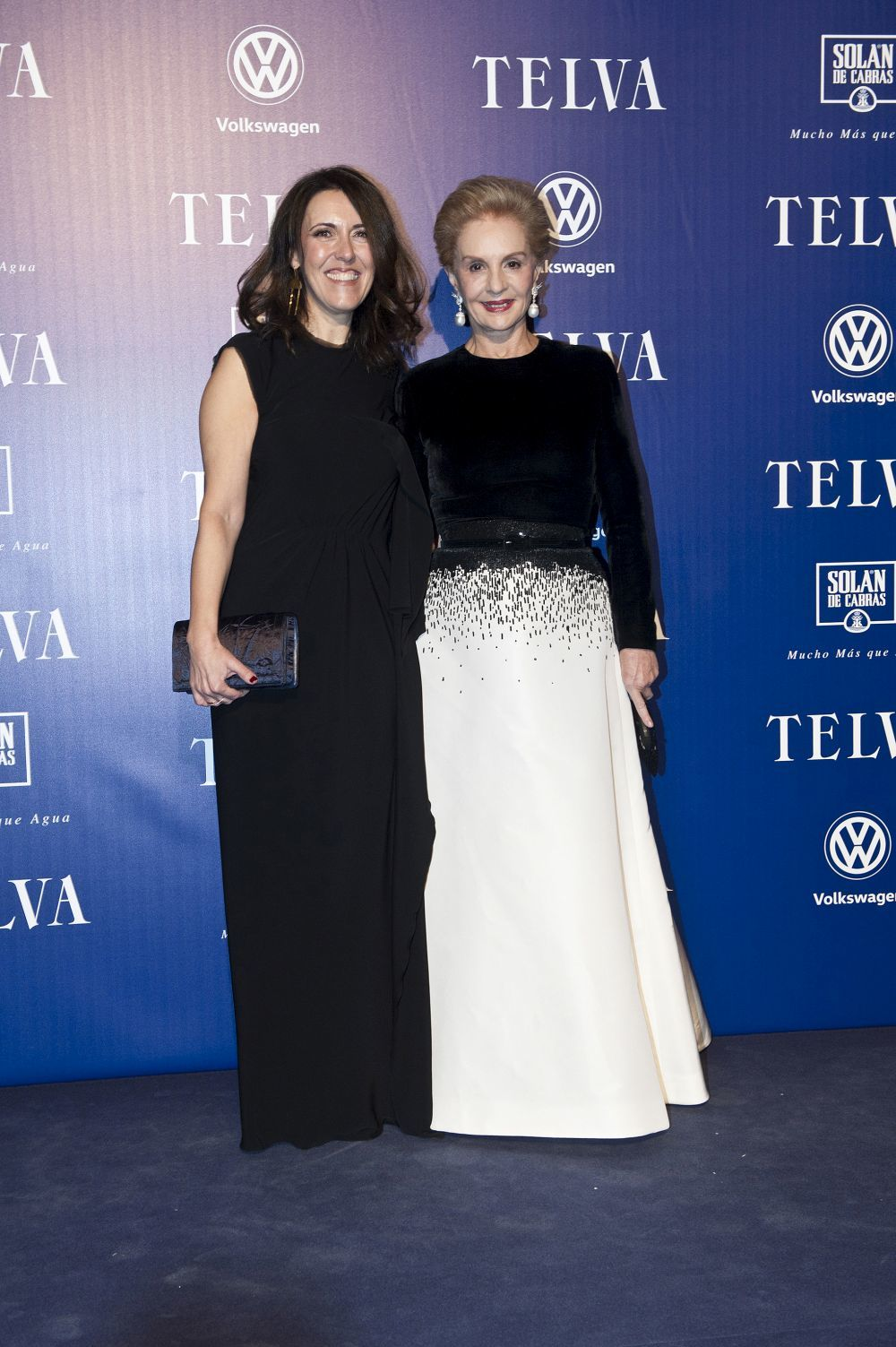 Carolina Herrera junto a Olga Ruiz, directora de TELVA, tras recibir...