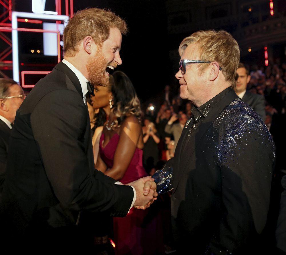 El cantante Elton John es íntimo amigo de la Familia Real Británica.