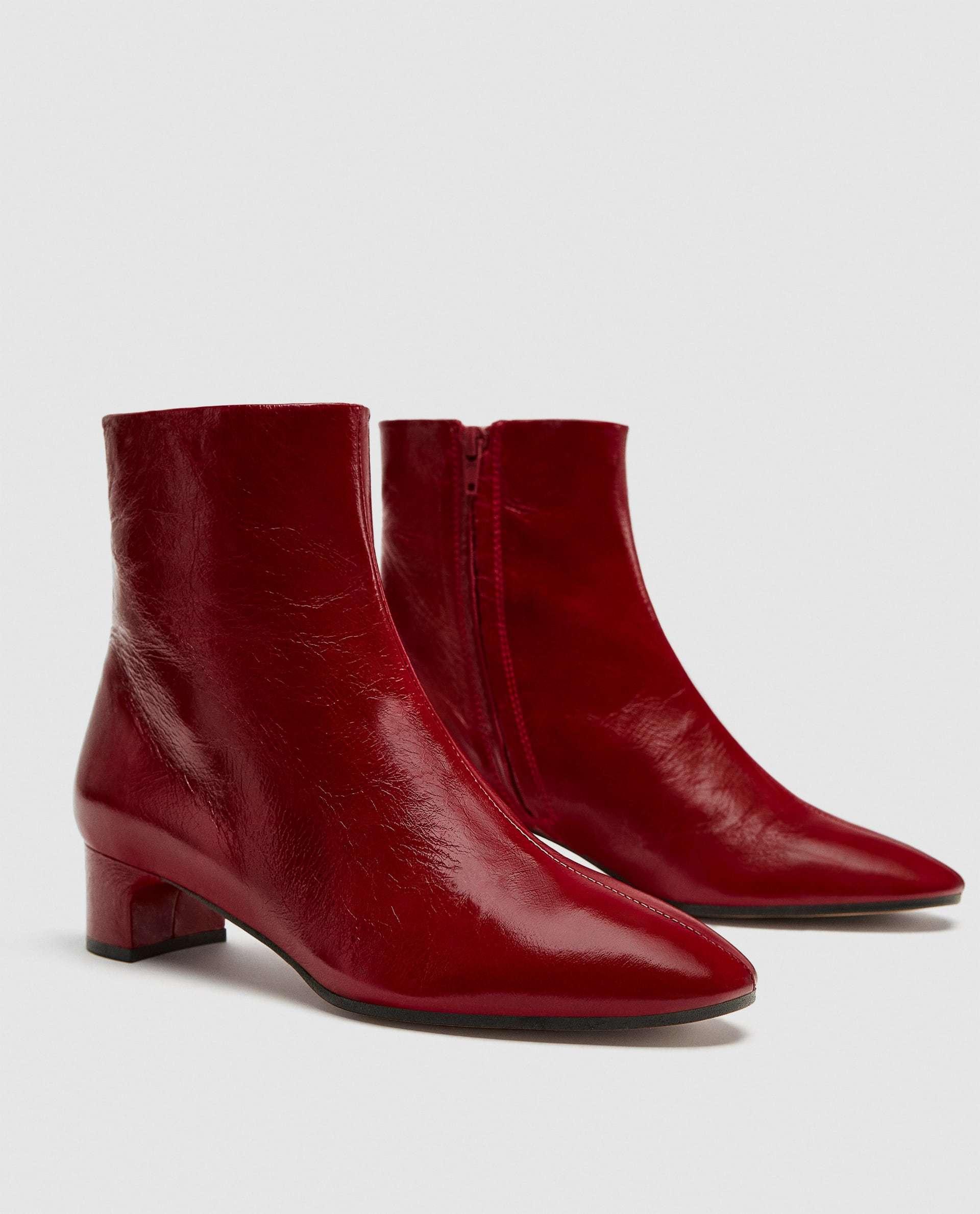Botín de piel rojo de Zara (29,95 euros)