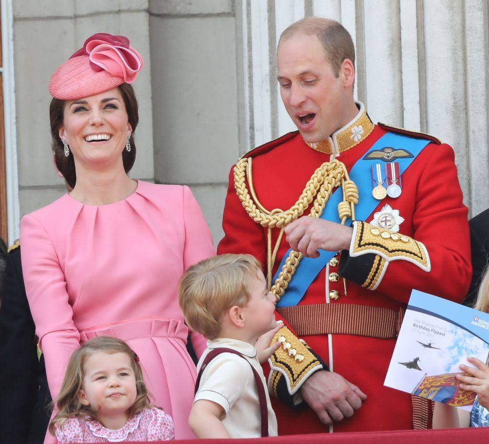 Los Duques de Cambridge con los pequeños príncipes George y...