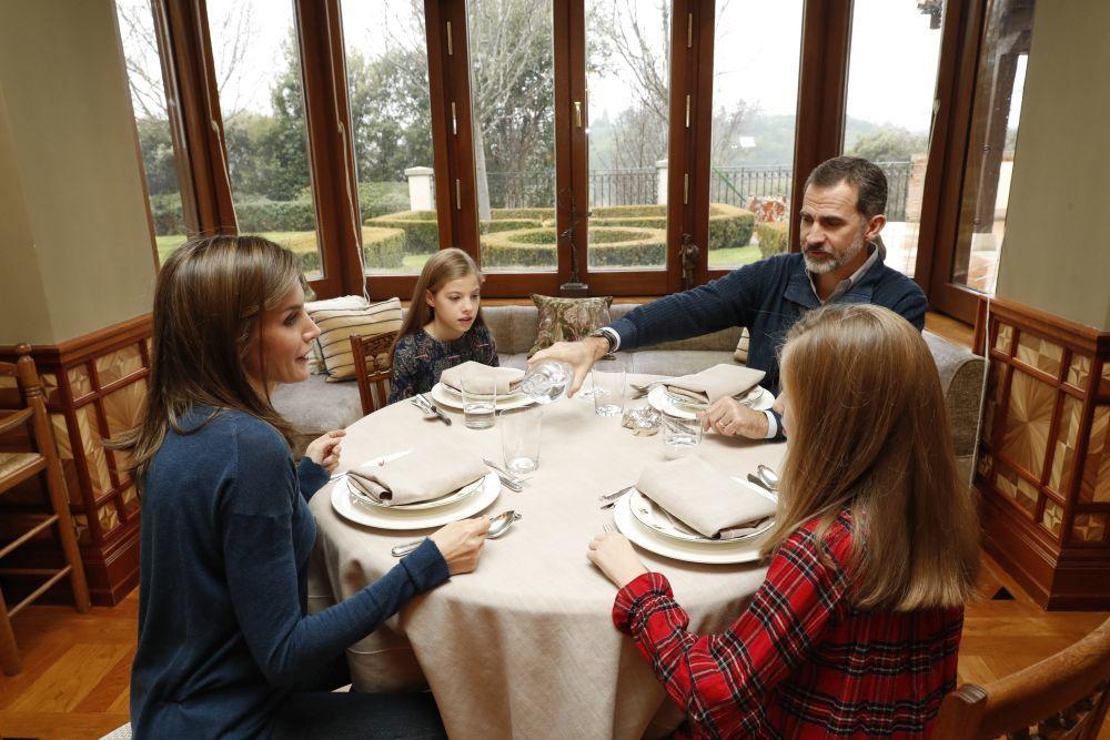 La Familia Real durante el almuerzo.