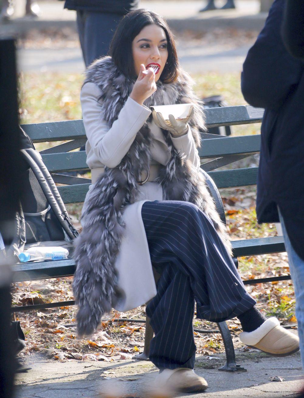 Vanessa Hudgens comiendo una ensalada.