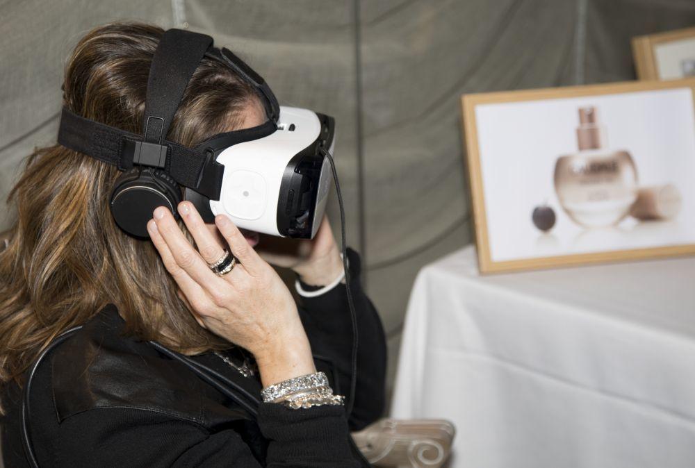 A través de unas gafas de realidad virtual, las asistentes al evento...